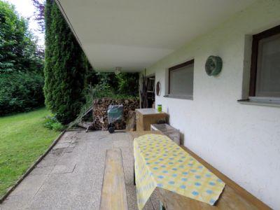 Terrasse und Holzlager
