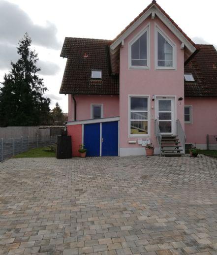 Großes, gepflegtes Wohnhaus mit drei Wohnungen incl. Küchen + Garagen + Stellplätze