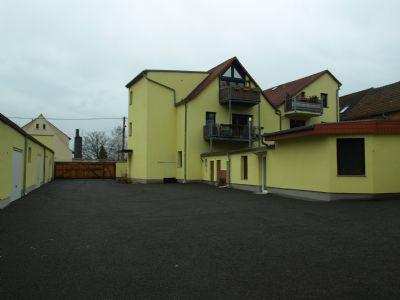 Der Hof mit beiden Wohnhäusern und den Garagen