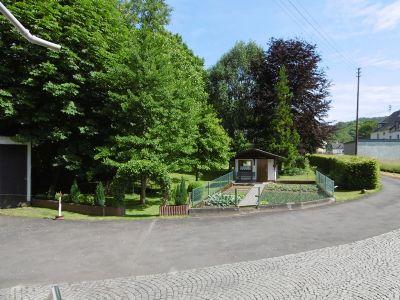 gemütlicher Garten vor dem Haus