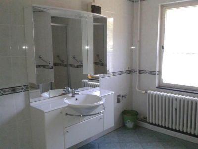 Bad mit Wanne und Dusche (2)