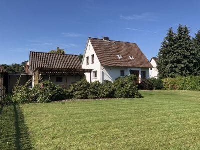 Blick auf Haus und Rasenfläche