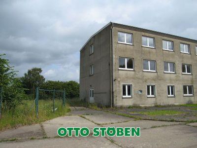Gebäude + Tor