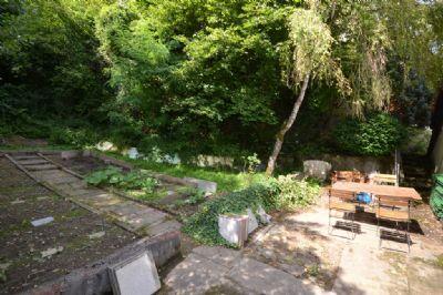 Reizvoller Garten auf mehreren Ebenen