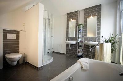 Herrliches projektiertes einfamilienhaus in weilheim for Bad fliesen bildergalerie