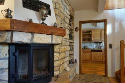 Kamin mit Blick in die Küche