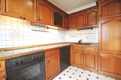 Separate Küche mit Fesnter und Dunstabzug
