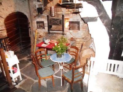Historischer Backofen und Zugang in Gewölbekeller