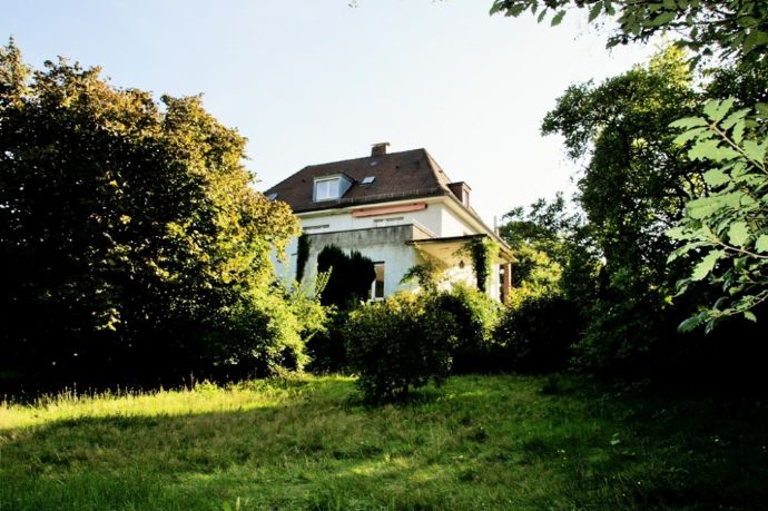Villa mit großem Grundstück mitten