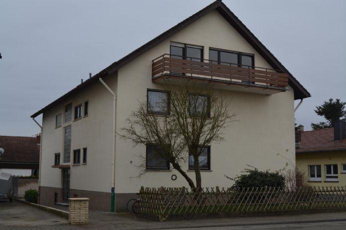 2-Zimmer-Wohnung (Dachgeschoss) mit großem Balkon, Einbauküche und Stellplatz in guter Lage.