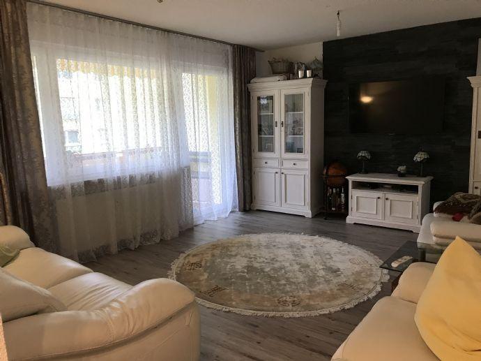 Schicke modernisierte 3-Zimmer-Wohnung mit Balkon, Einbauküche, Stellplatz und Garage in hervorragen
