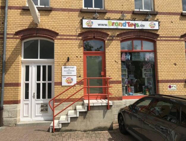 Helles Ladenlokal / Versicherungsbüro / Atelier mit kleinem Lagerraum und WC