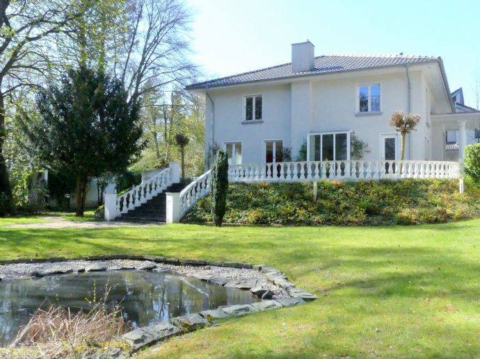 Repräsentative moderne Villa für gehobene Ansprüche mit Schwimmbad, Wellness-Oase  und Tennisplatz