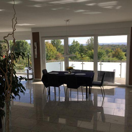 4 Zimmer Wohnung im Zweifamilienhaus mit wunderschöner Aussicht mit hochwertiger EBK