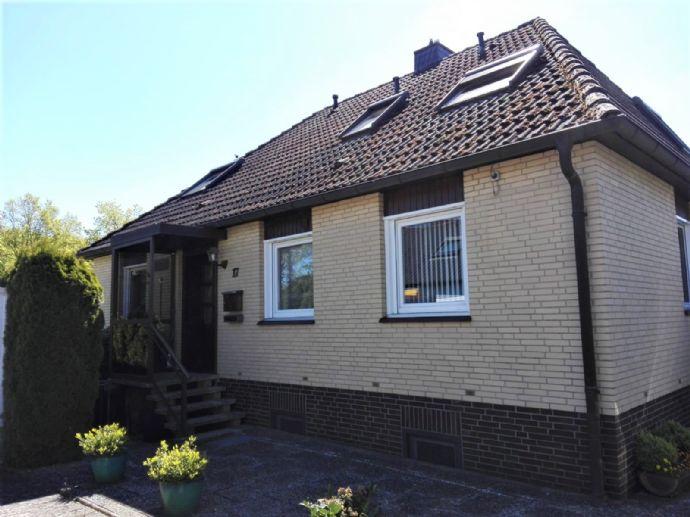 Freistehendes Einfamilienhaus mit Einliegerwohnung und großem Grundstück (980Qm) in Holtensen.