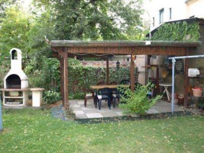 Sitzecke im Garten mit Grill