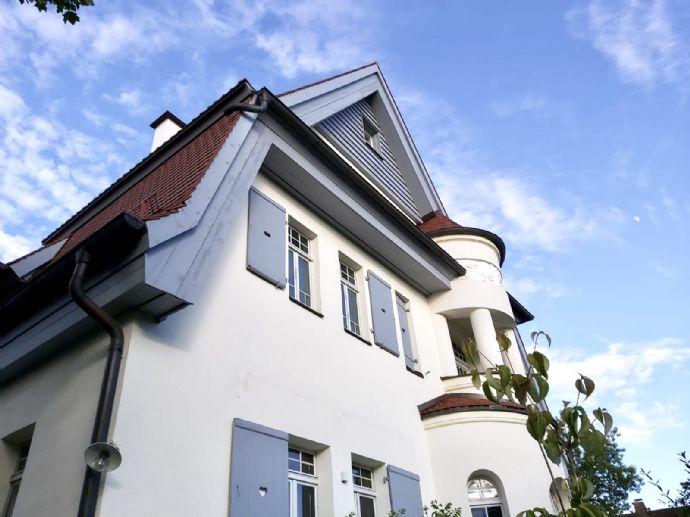 Rarität ! Top sanierte, neuwertige, sehr schöne 92 m² 2,5-Zimmer-Wohnung mit 2 Balkonen und Garte