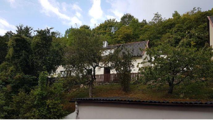 Grundstück mit Altbestand (Einfamilienhaus mit Anbau und Garage)