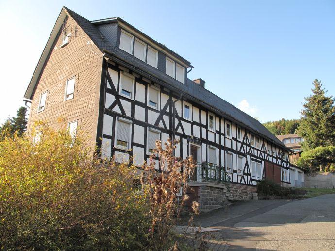 Großzügiges Wohnhaus mit Scheune und Garagen in Bad Berleburg-Schwarzenau