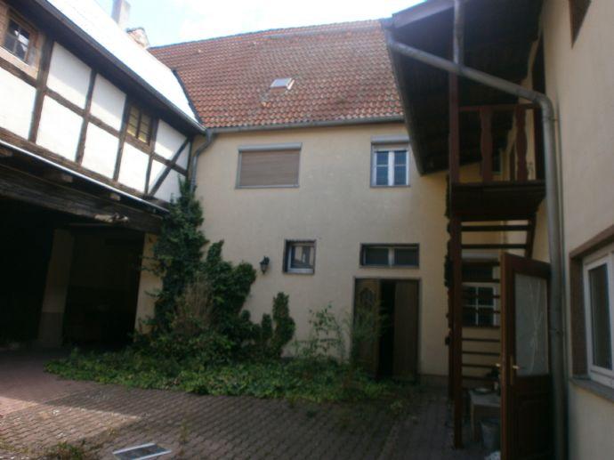 Historisches Haus mit schönem Innenhof zum Sanieren !