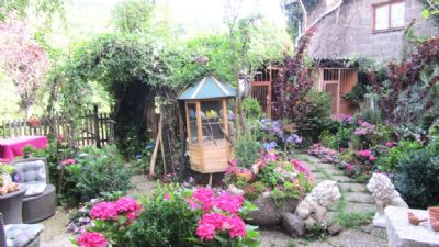 großer Garten mit Sitzgelegenheiten