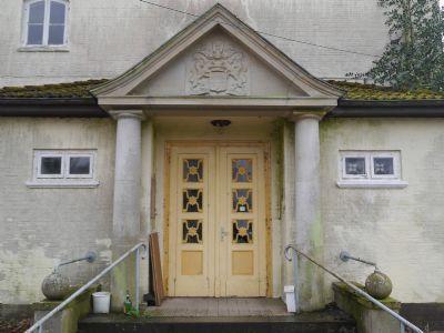 Eingangsbereich mit Säulen u. Kugeln