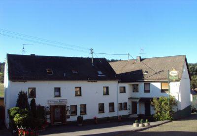 Gaststätte & Pension links/Zweifamilienhaus rechts