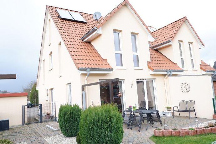 Neuwertige Doppelhaushälfte (2013) mit hochwertiger Ausstattung
