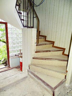 ein begr ntes grundst ck mit entkerntem haus dach neu grundst ck bad schwalbach 2hjxa48. Black Bedroom Furniture Sets. Home Design Ideas