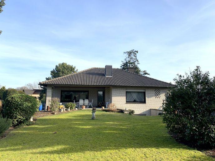 Freistehendes Einfamilienhaus mit weitläufigem Grundstück und Garage in Neuss-Uedesheim