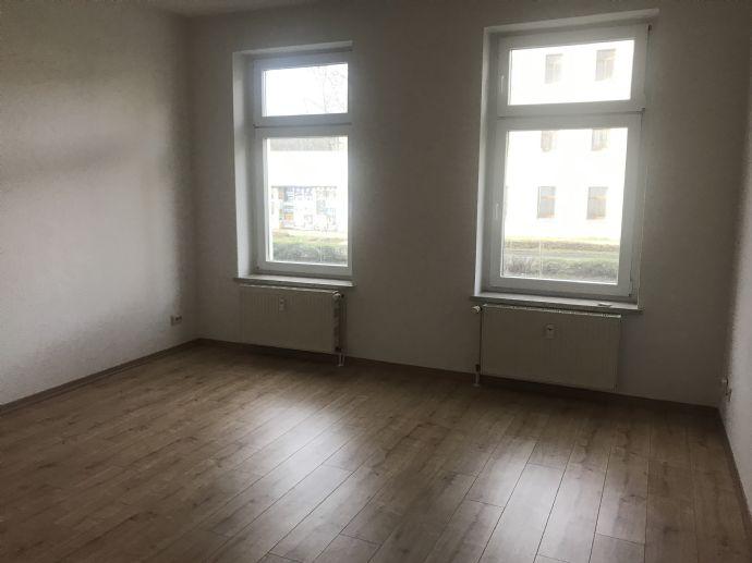 Großzügige Wohnung mit neuem Laminat und Tageslichtbad