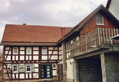 Wohnhaus mit Seitenflügel, Garage und Balkon