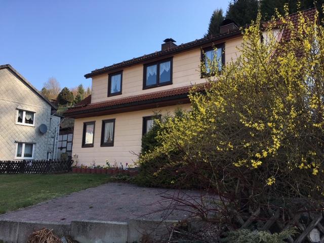 Einfamilienhaus mit Pkw-Garage und Garten am Waldrand!
