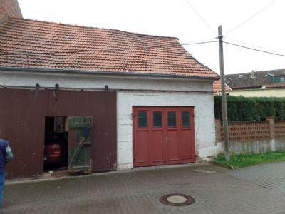 die große Garage mit zwei Toren ...