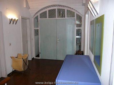 Wohndiele mit Eingangstür zum großen Bad