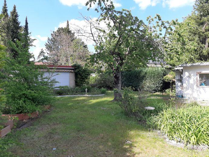 großes Grundstück mit Wohnhaus, Garage, Bungalow und schönem Garten - Teilung und Neubau möglich