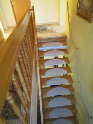 helle, offene Holztreppe zum  OG