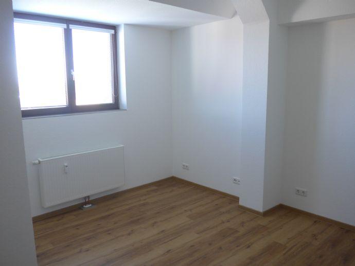 BO - WEITMAR - Bärendorf: 2020 neu erstelltes 1-Raum-DG-Apartment mit kleiner Pantry u. Duschbad