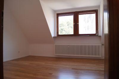 sch ne dachgeschosswohnung in zweifamilienhaus bezugsfertig renoviert offene k che balkon. Black Bedroom Furniture Sets. Home Design Ideas
