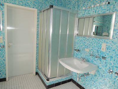 ... mit Dusche - wartet auf eine Modernisierung !