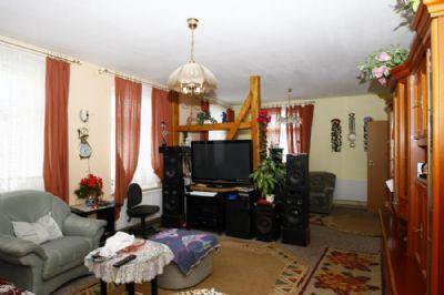 Wohnzimmer mit Ess-Ecke hinten zur Küche
