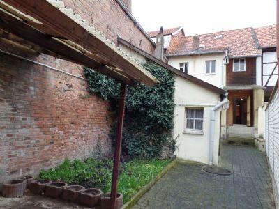 im Hof mit Blick auf das Haus u Nebengebäude ...