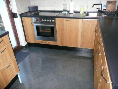 Einbauküche mit Granitfußboden