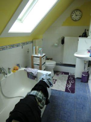 sch ne gem tliche 2 zimmer dg wohnung mit u a wannenbad. Black Bedroom Furniture Sets. Home Design Ideas