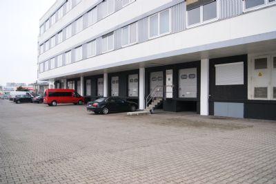 Verwaltungsgebäude mit Laderampe