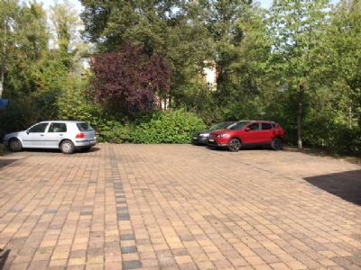 Hinterhof mit Parkplätzen