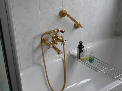 Bad mit vergoldeten Armaturen