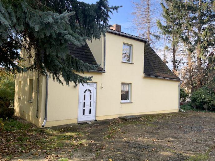 Einfamilienhaus mit Nebengebäude auf 2600.0 m² Bauland in Zeitz