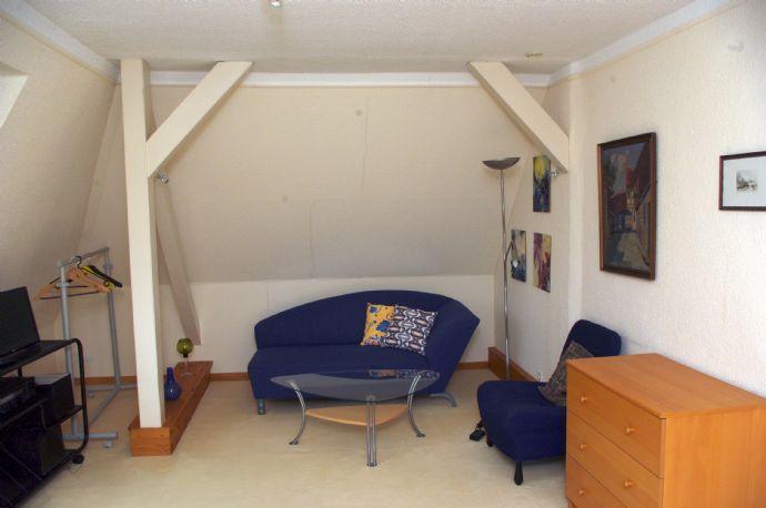 Herrlich ruhig und doch citynah: Möblierte lichtdurchflutete 2-Zimmer-Dachgeschosswohnung