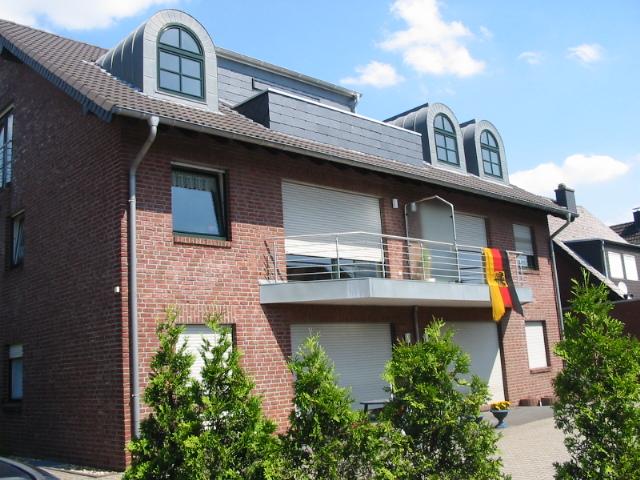 Vollständig Renovierte DG-Wohnung in der 2. Etage mit Loggia